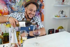 cata de vinos con bartender sonriente